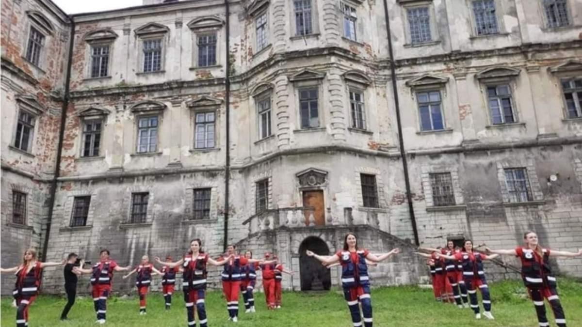 Танцювали навіть 65-річні: львівські медики зняли оригінальний кліп біля Підгорецького замку