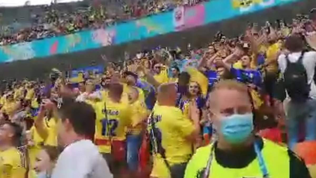 В Бухаресте украинские фаны пели Кто не скачет - то москаль: видео