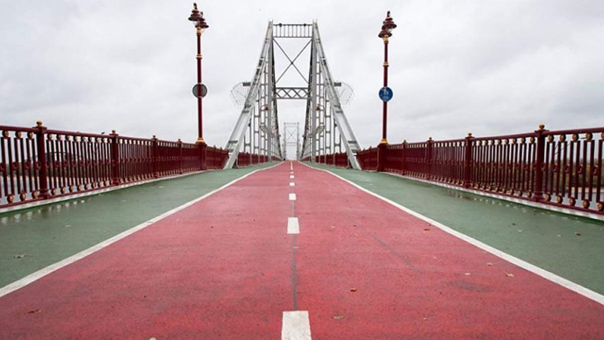 В Киеве с пешеходного моста прыгнул человек