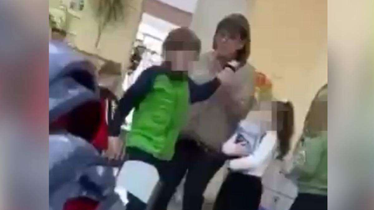 За дело об избиении ребенка учительницей школе взялись полицейские
