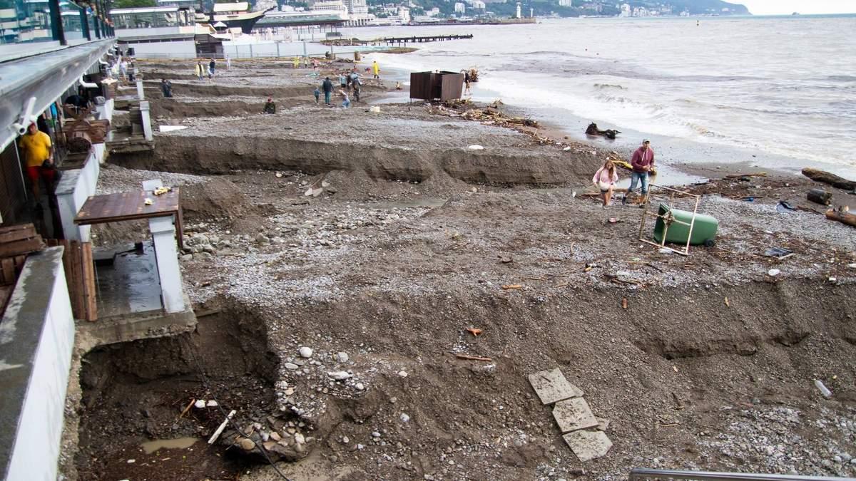 Зруйновані пляжі та загиблі: наслідки негоди в Криму – фото