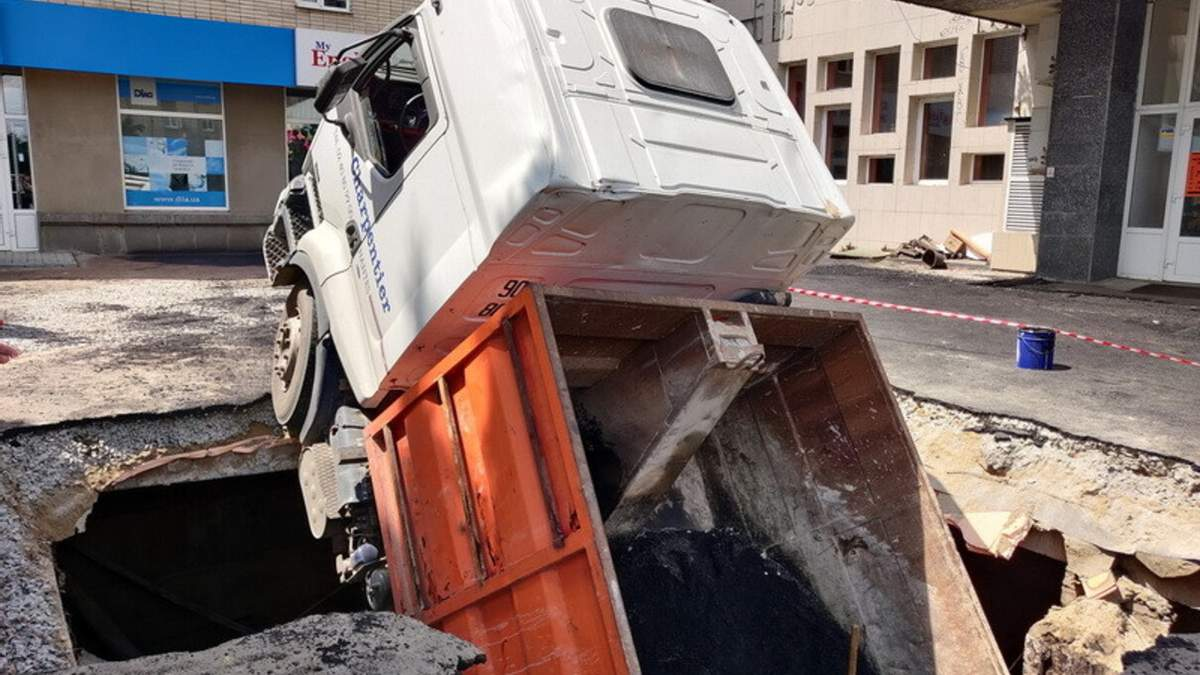 У Житомирі вантажівка провалилась під землю: фото, відео