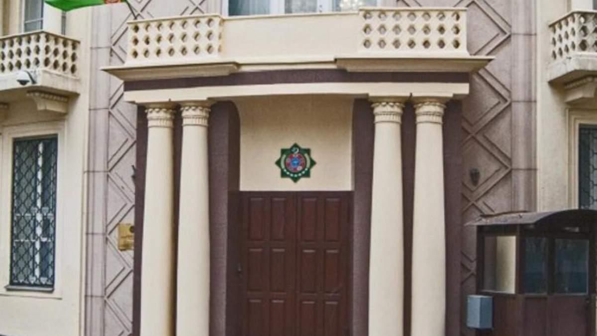 В Москве у посольства Туркменистана застрелился полицейский: видео