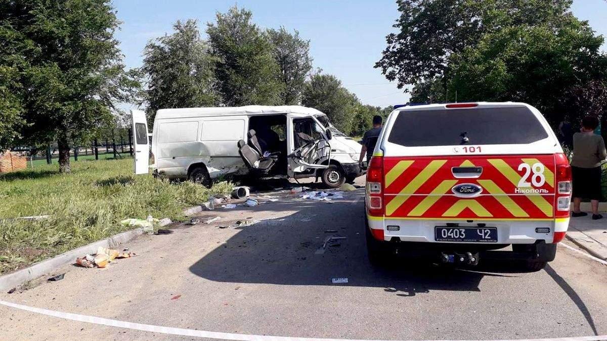 На Днепропетровщине не разминулись ВАЗ и микроавтобус: есть жертвы