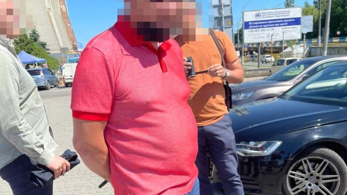 Требовал дань у бизнесменов: во Львове задержали чиновника налоговой - фото
