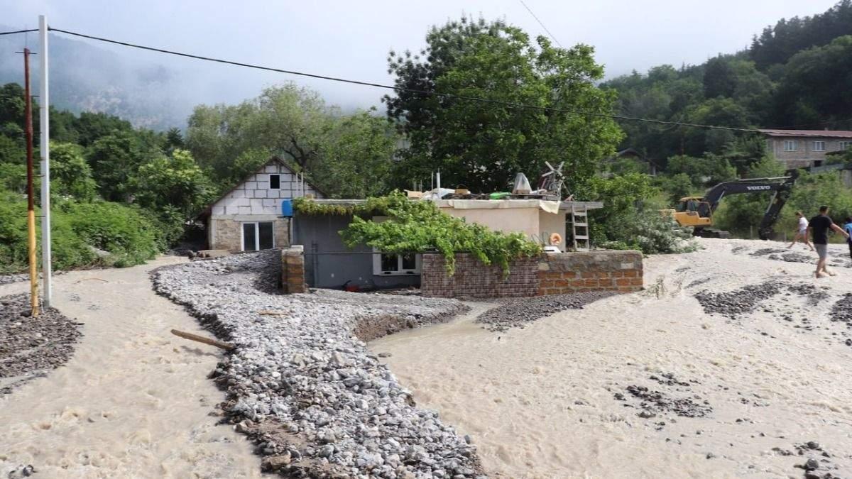 Засыпаны камнями и грязью: под Ялтой дома полностью ушли под воду