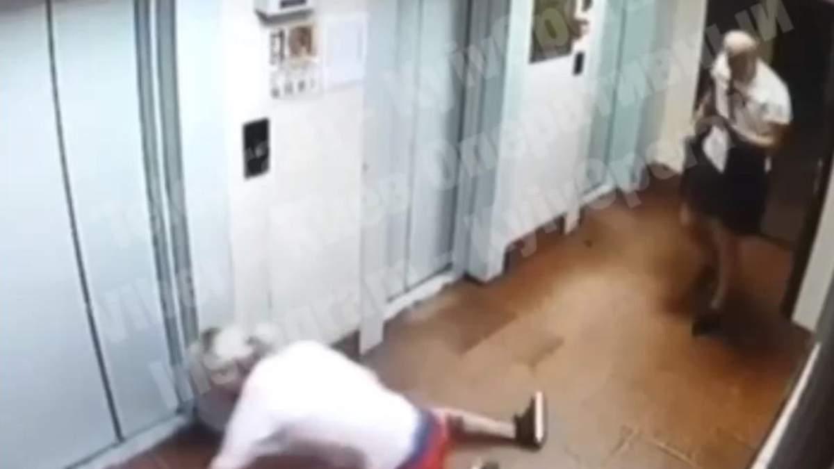 Напал из-за нестандартной внешности: в Киеве мужчина жестоко избил парня - видео