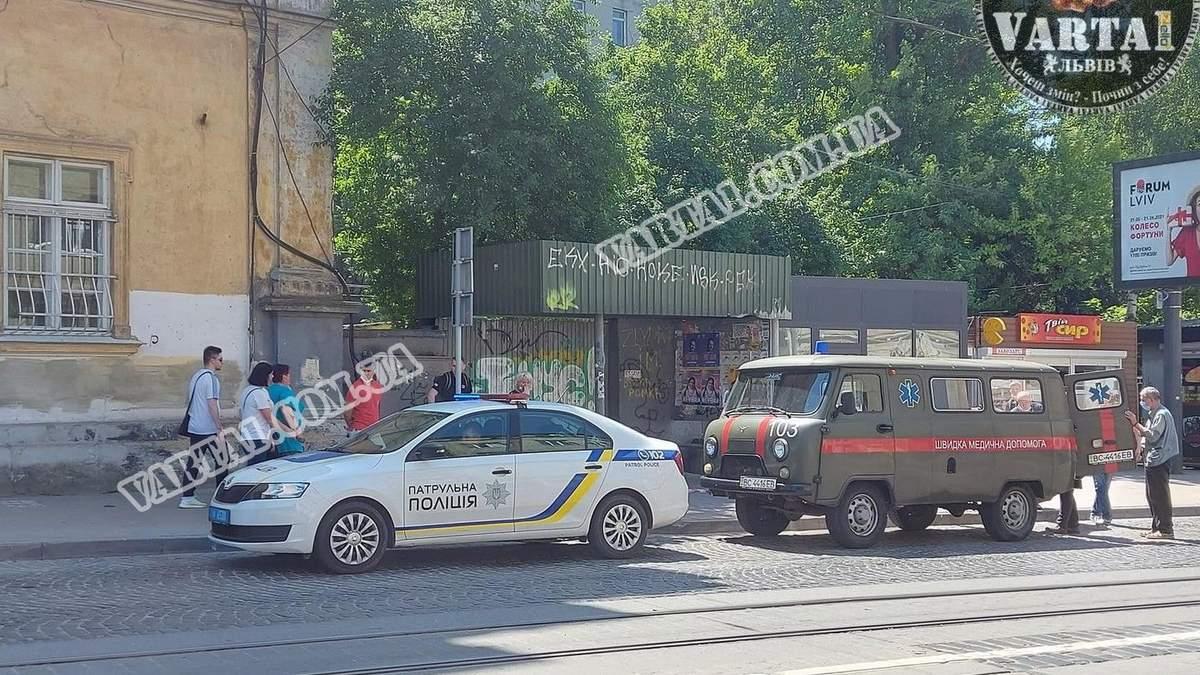Во Львове 22.06.2021 на остановке внезапно умер мужчина: фото 18+