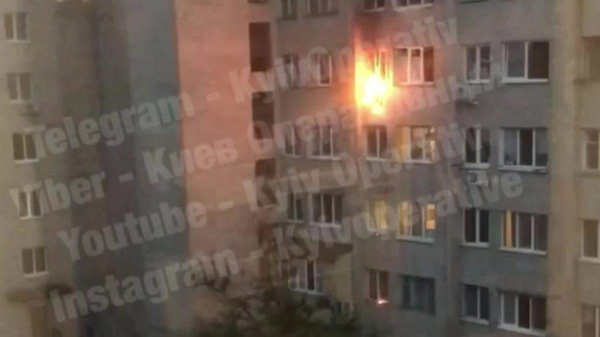 В Киеве в многоэтажном доме загорелся кондиционер