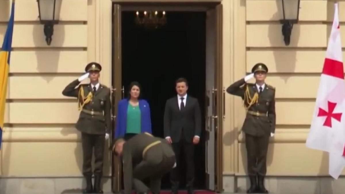 Перед президенткой Грузии в Киеве упали влагалища от сабли: видео