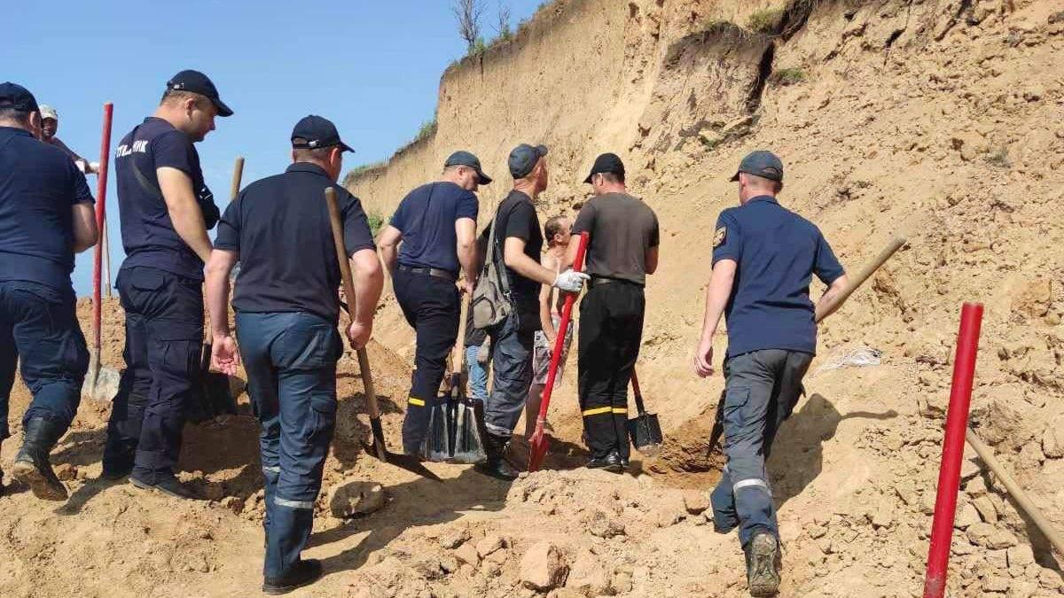 Зсув ґрунту на пляж в Одеській області: зниклих знайшли – відео