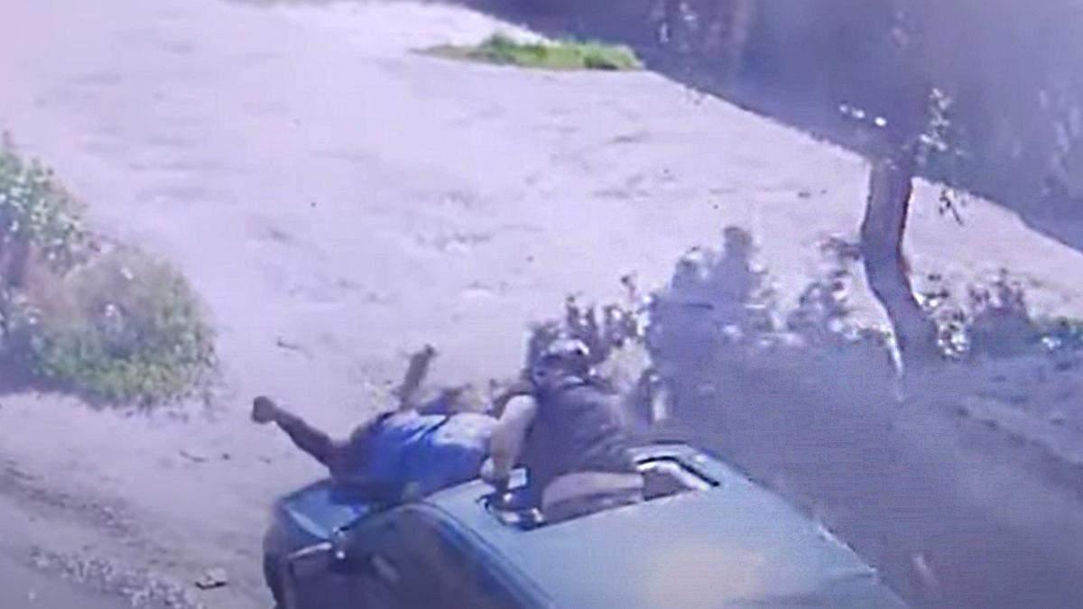 В Харькове мужчина прыгнул на капот грабжникив: видео