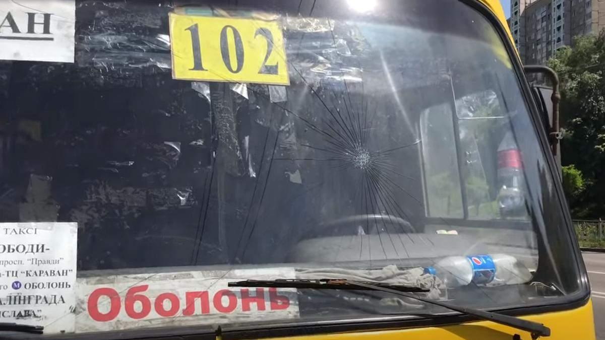 У Києві маршрутник затиснув дитину дверима, йому розбили лобове