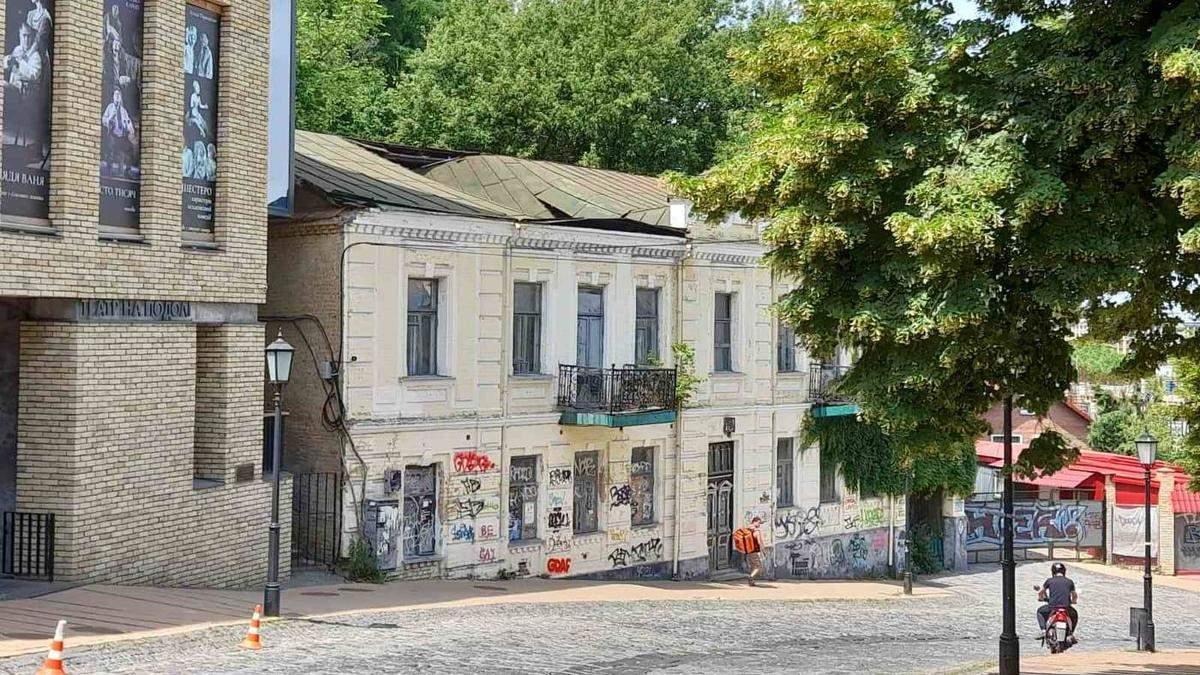В Киеве на Андреевском спуске провалилась крыша исторического здания