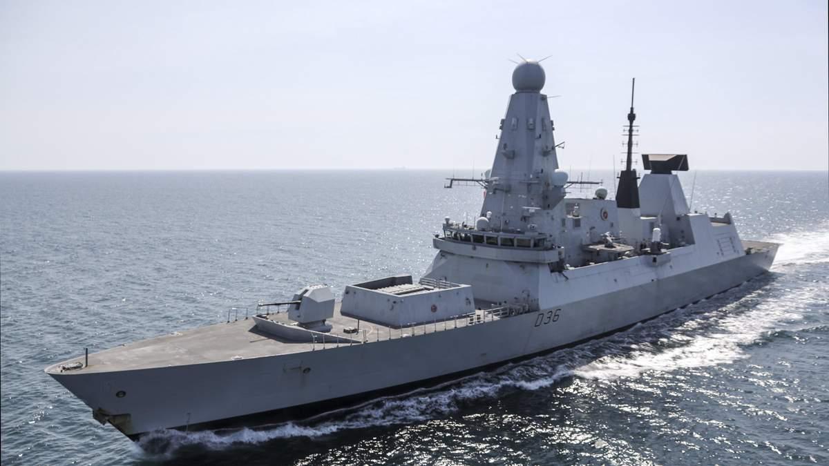 Росіяни вирішили відром з болтами налякати есмінець HMS Defender