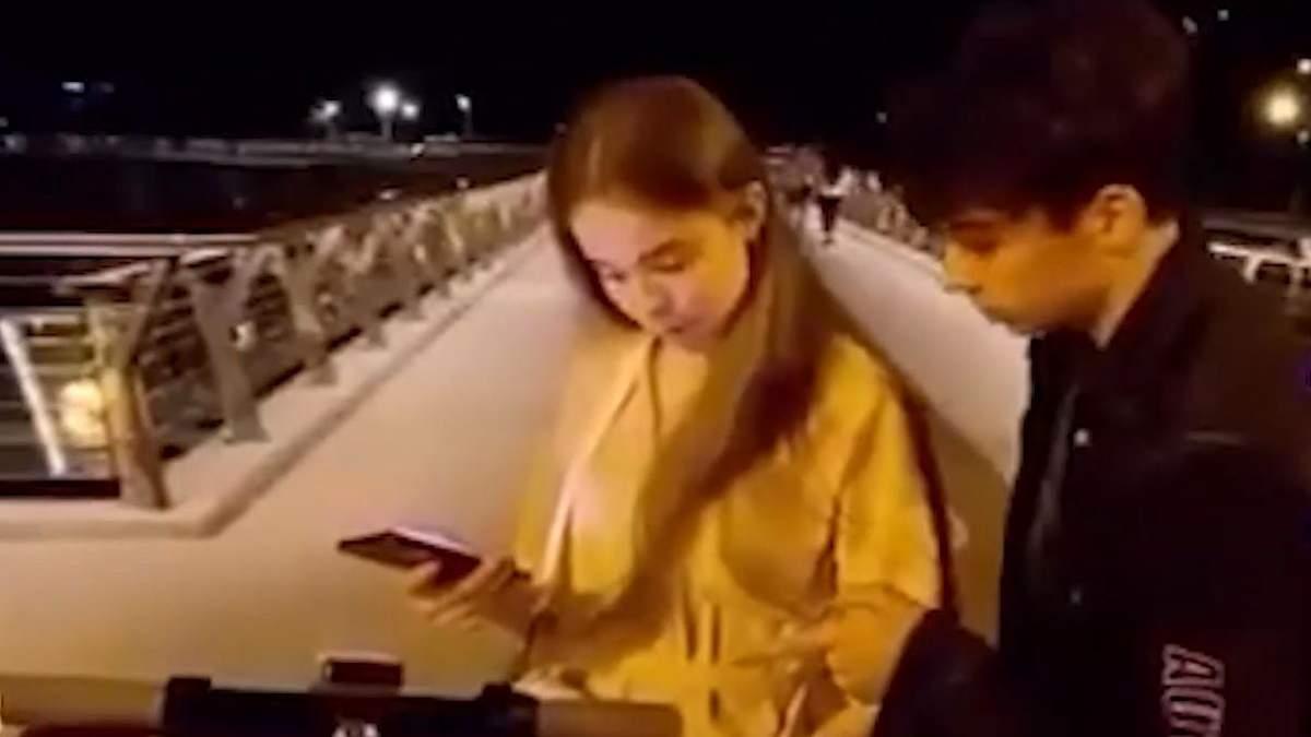 В Киеве пранкер поцеловал незнакомку и получил удар кулаком: видео