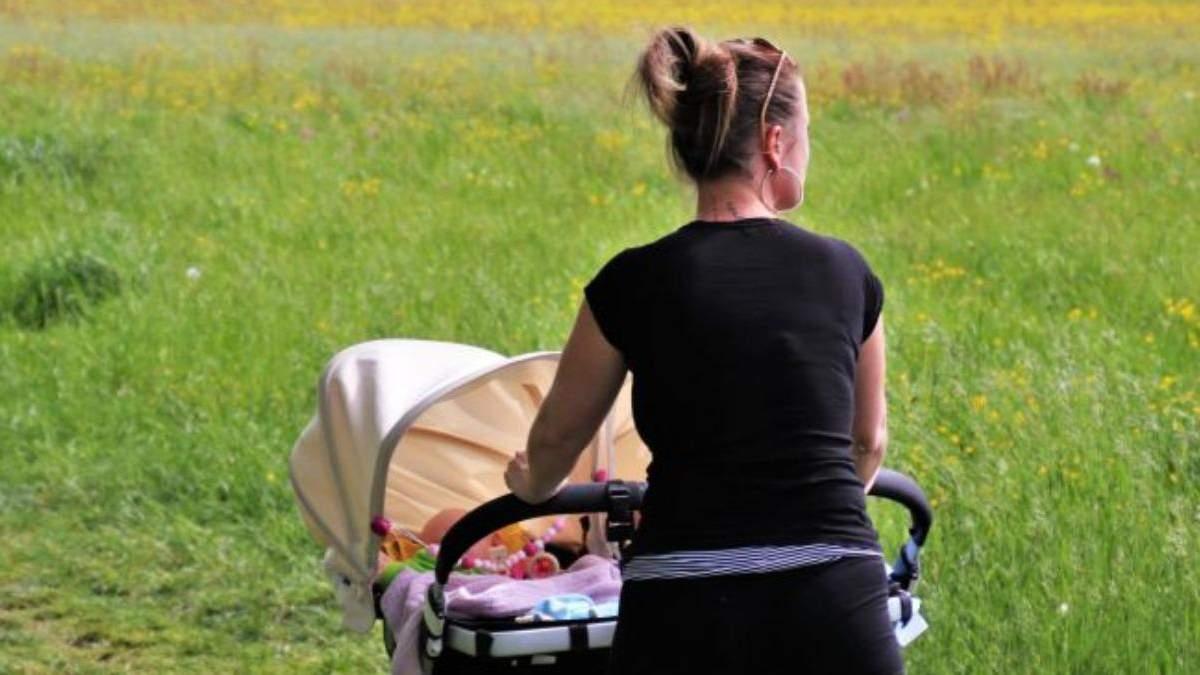 В Одесі перехожих шокувала поведінка дівчини, яка гуляла з дитиною