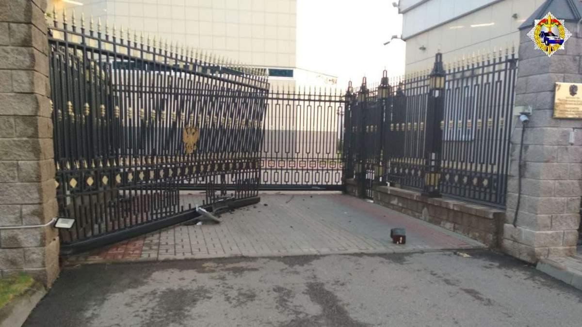 Чоловік під наркотиками протаранив посольство Росії в Мінську та проник на його територію: відео