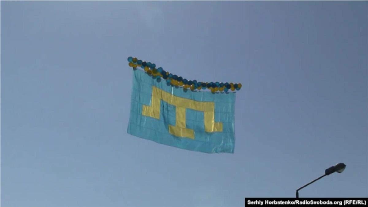 Над Кримом у небо запустили кримськотатарський прапор і листівки