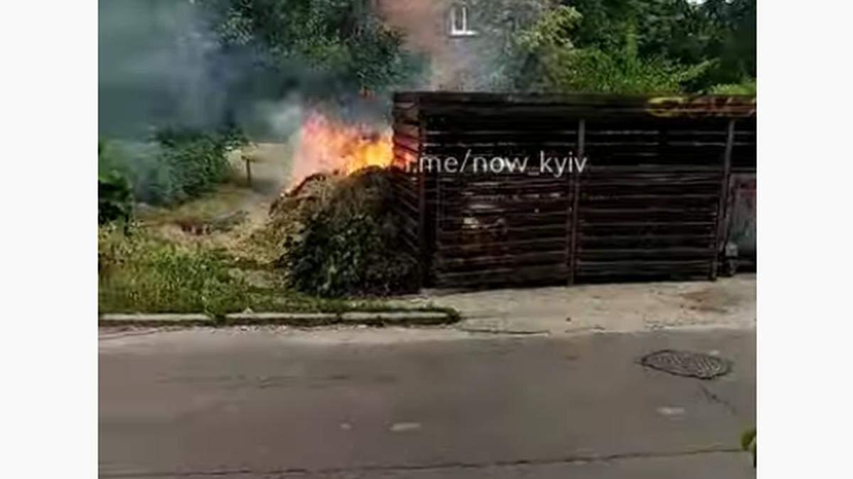 В Киеве во дворе многоэтажки горела скошенная трава