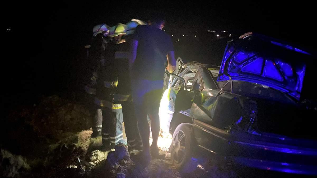 На Львовщине столкнулись Ford и Opel: на месте ДТП работали 13 спасателей - фото