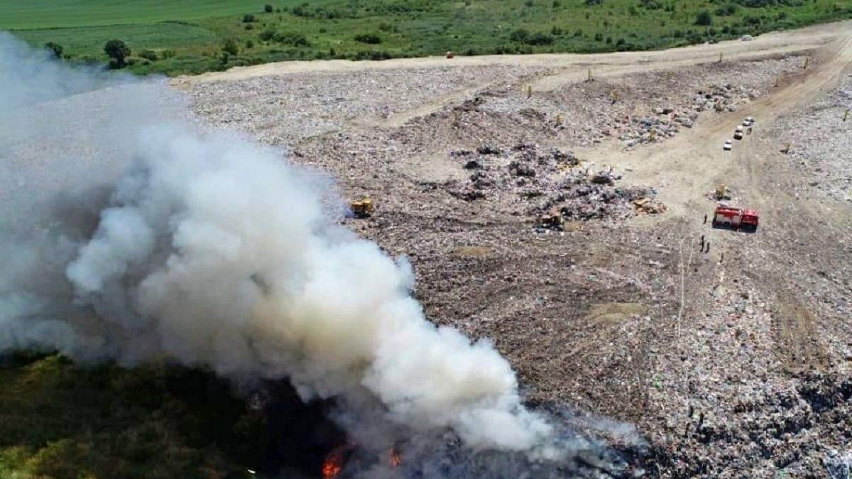 Под Тернополем горит свалка: спасатели ликвидируют пожар – фото