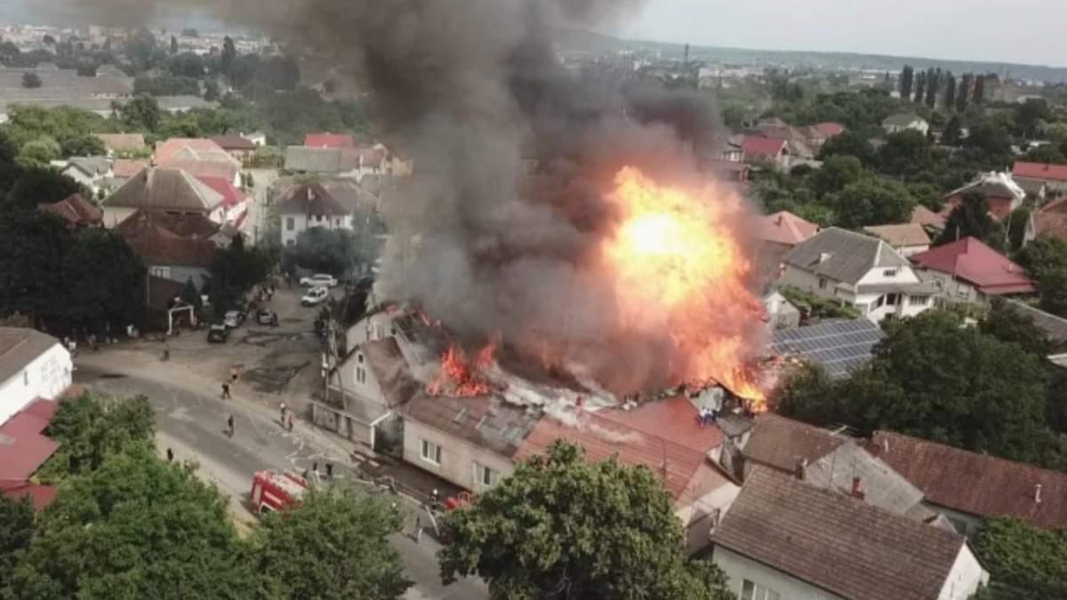 На Закарпатье вспыхнул придорожный отель: фото пожара