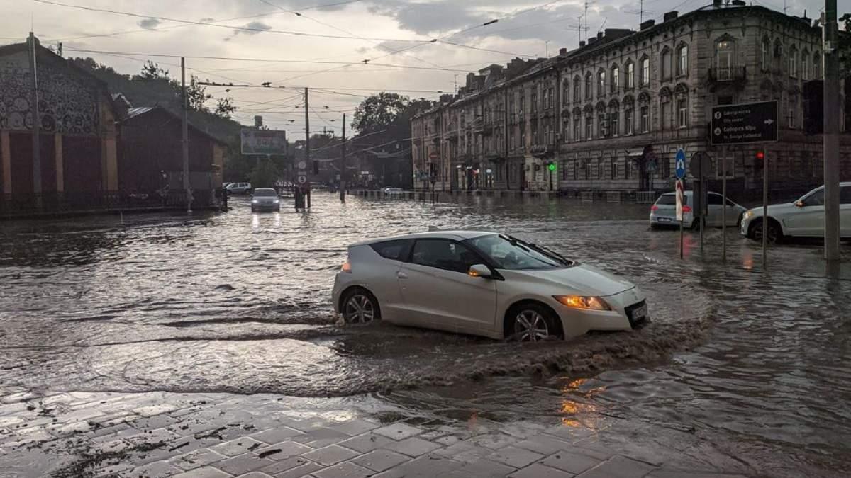 Негода у Львові 30 червня 2021: авто плавають вулицями - відео