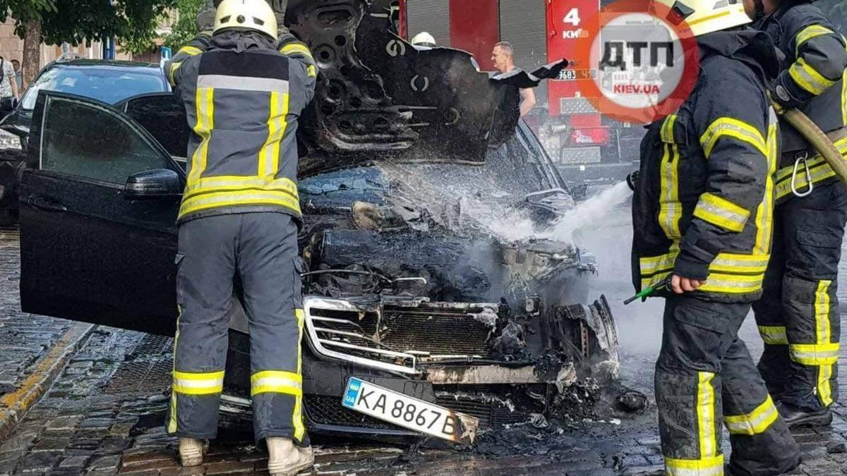 В центре Киева сгорел Mercedes, его владелец сбежал