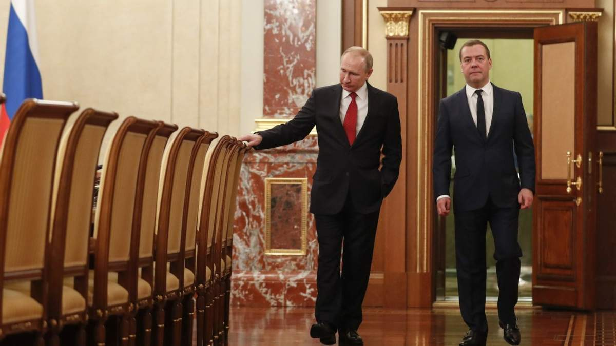 Посадили на скамейку запасных - российский политик Гудков о Медведеве