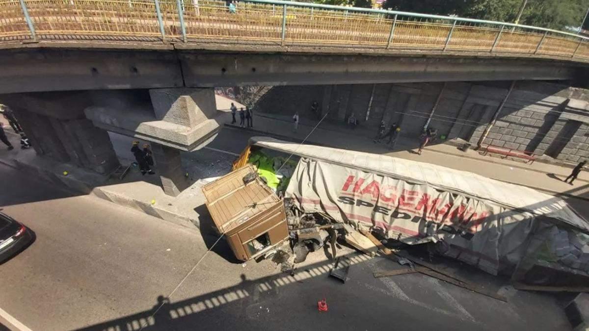 У Києві вантажівка розвалилася в ДТП: яка причина – відео