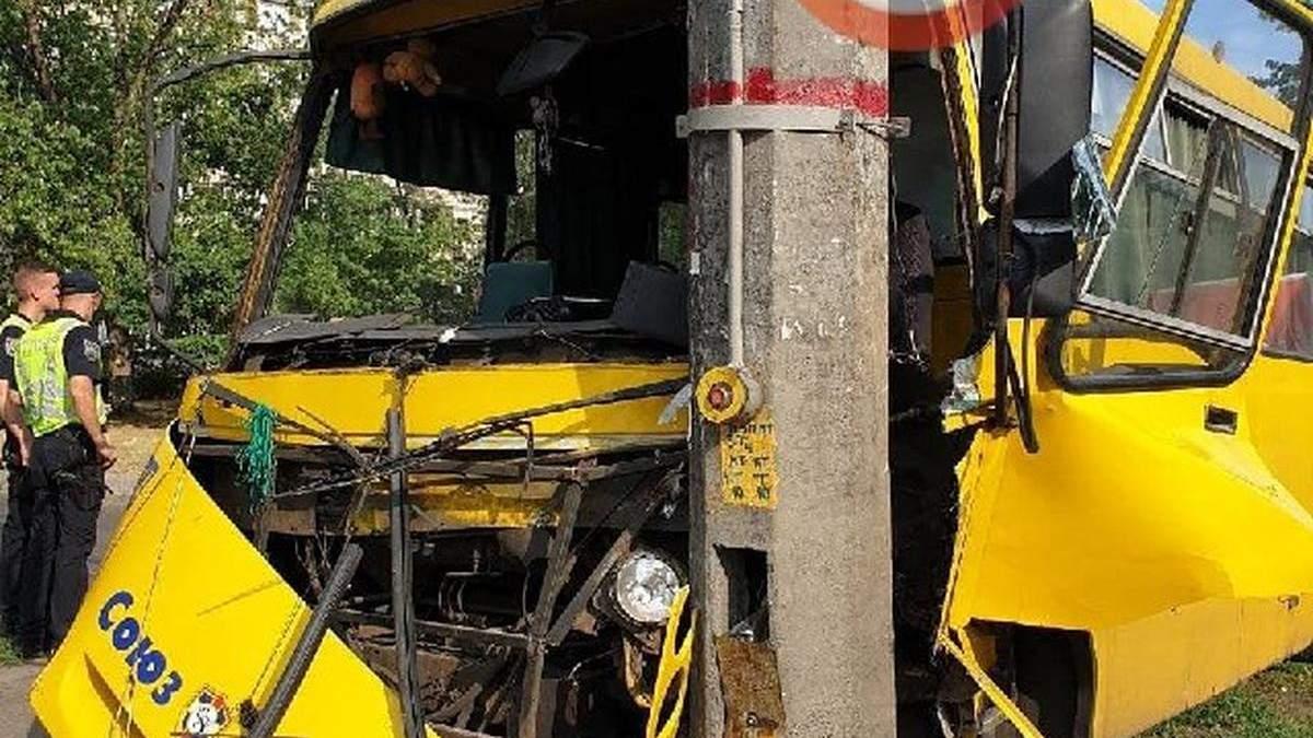 В сети показали, как киевский маршрутчик врезался в столб