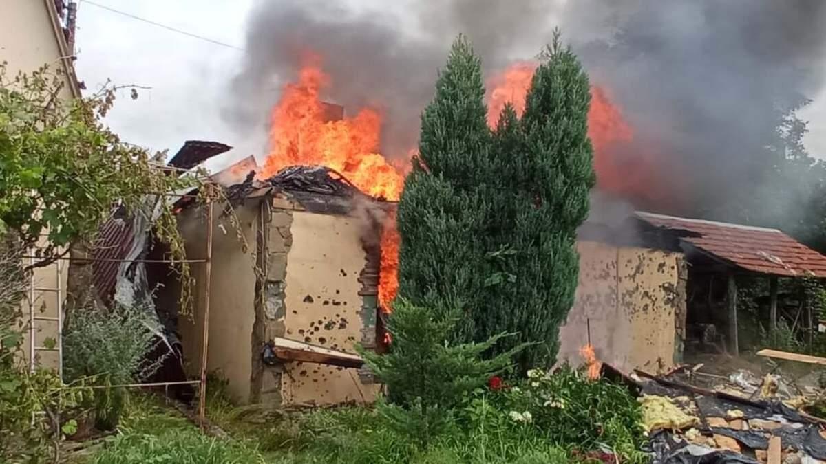 В Авдеевке из-за обстрела боевиков сгорел дом: фото