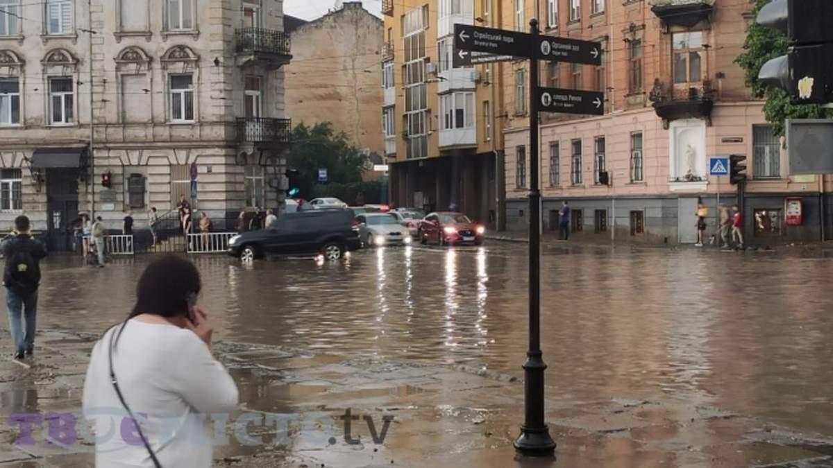 Озеро замість дороги: чому у Львові постійно плаває вулиця Сахарова – фото
