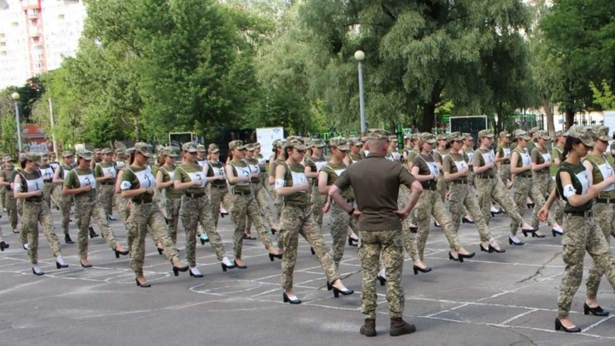 Дівчатам-військовим змінять взуття на парад: радниця розповіла деталі