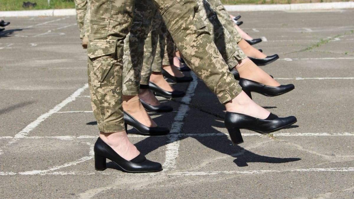 Одразу 3 міністерки вимагають змінити військовим взуття для параду