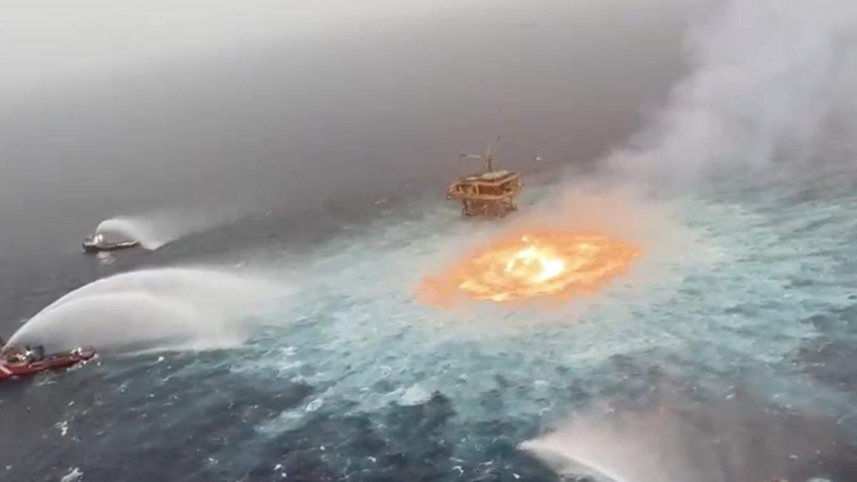 У Мексиці спалахнуло підводне нафтове родовище: відео пожежі вражають