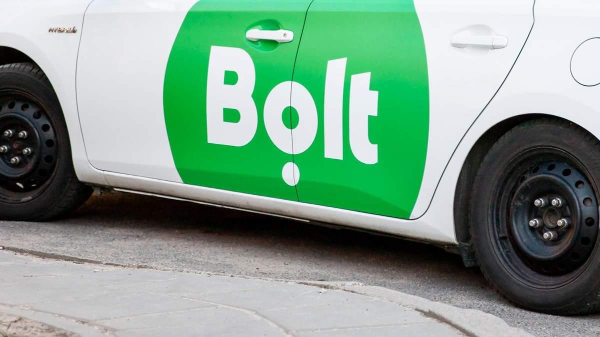В Киеве водитель Bolt выбросил из своего такси женщину и начал ее бить: видео