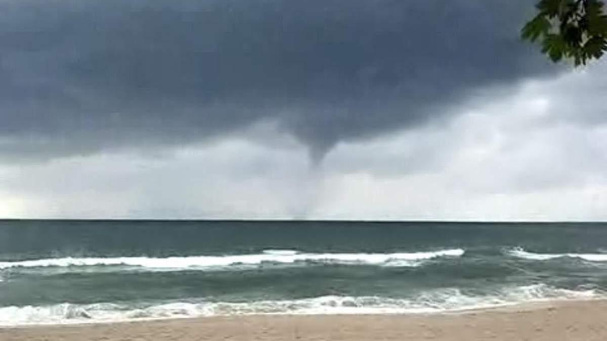 В Турции 4 июля возле пляжа возник торнадо: видео