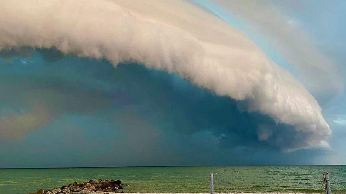 Неймовірне небо у Приморську 04.07.2021: фото та відео