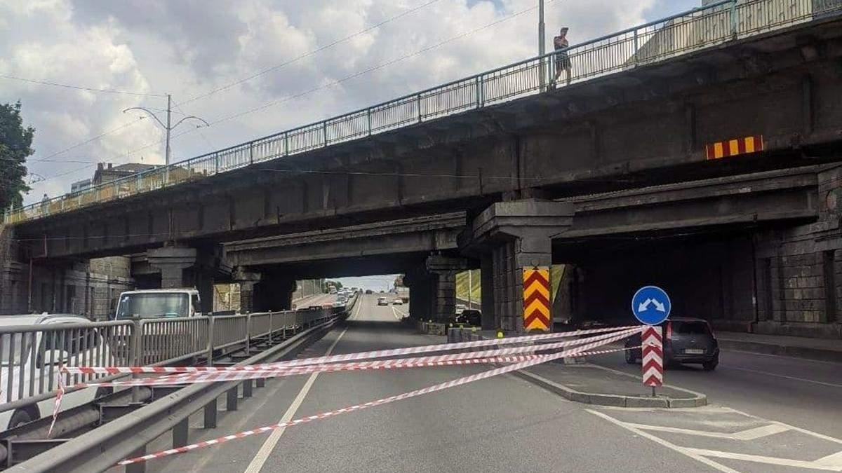 В Киеве Брестского путепровода упал кусок бетона