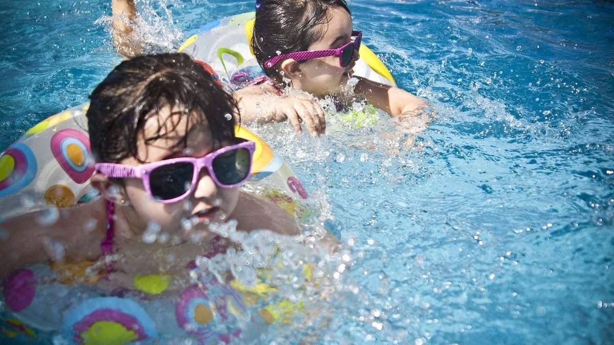 На Харьковщине едва не погибла 3-летняя девочка: начала тонуть в надувном бассейне