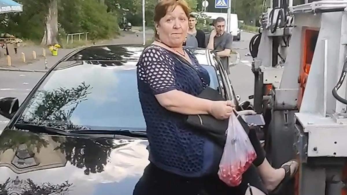 В Киеве женщина залезла на капот авто, чтобы его не забрал эвакуатор