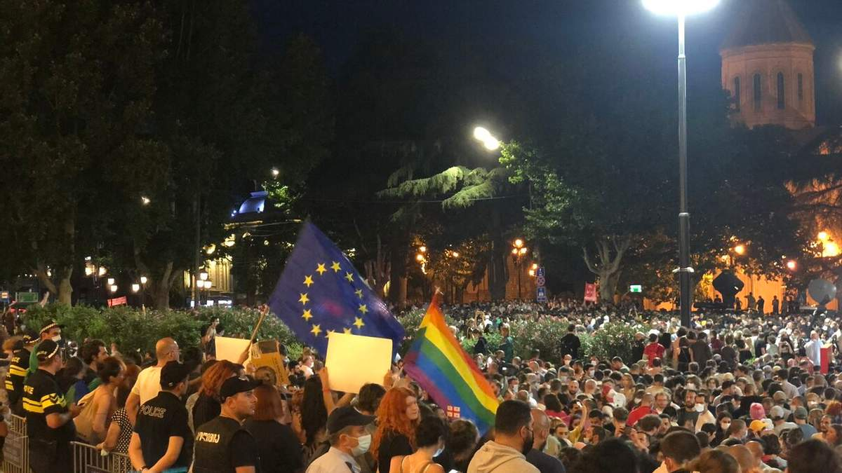 Радикалы в Тбилиси сожгли флаг Евросоюза: ситуация обостряется