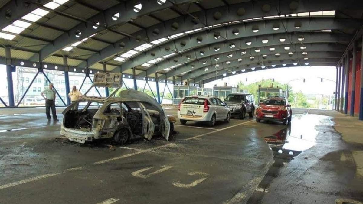 На кордоні України зі Словаччиною чоловік спалив своє авто: відео