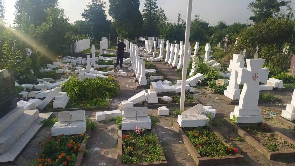На Львовщине 20-летний юноша разбил почти 60 крестов на могилах сечевых стрельцов: фото