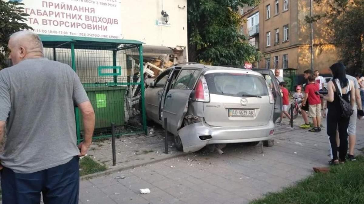 Во Львове авто разбило проходную Львовспецкомунтранс: пострадали 3 человека - фото и видео