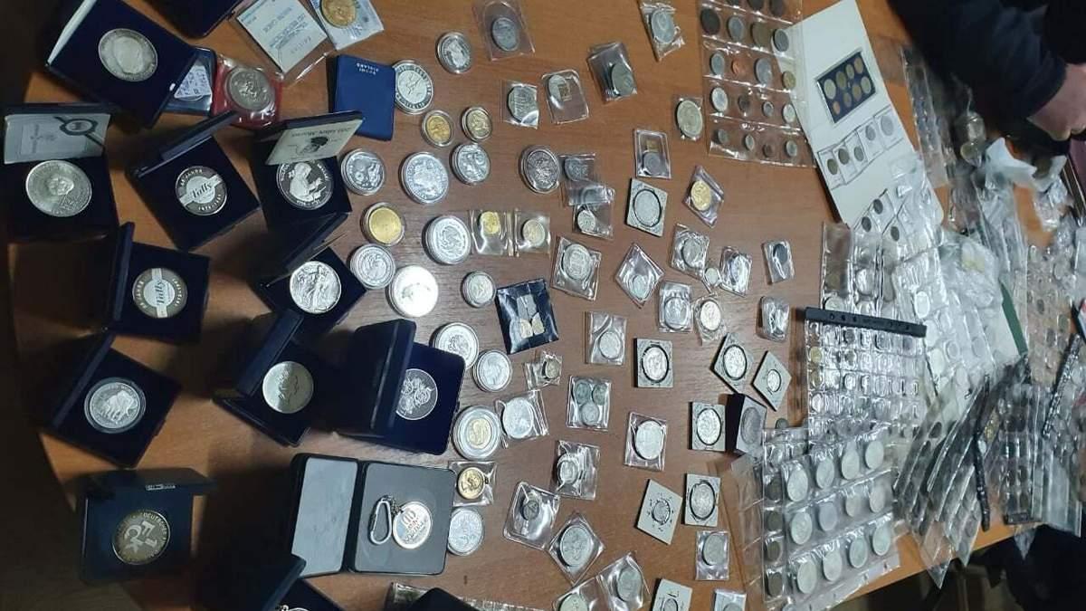 Сокровища на полмиллиона гривен: львовские таможенники изъяли коллекцию старинных вещей