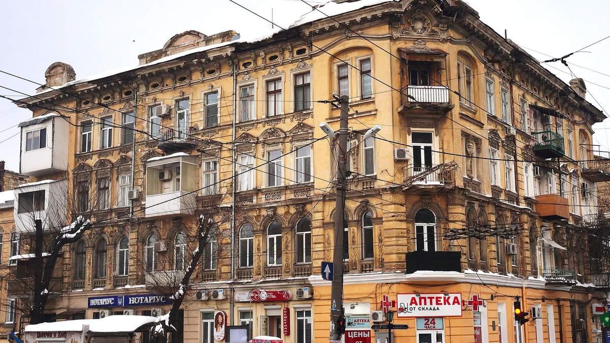 Ледь не загинули: в центрі Одеси біля перехожих впав карниз – відео, фото