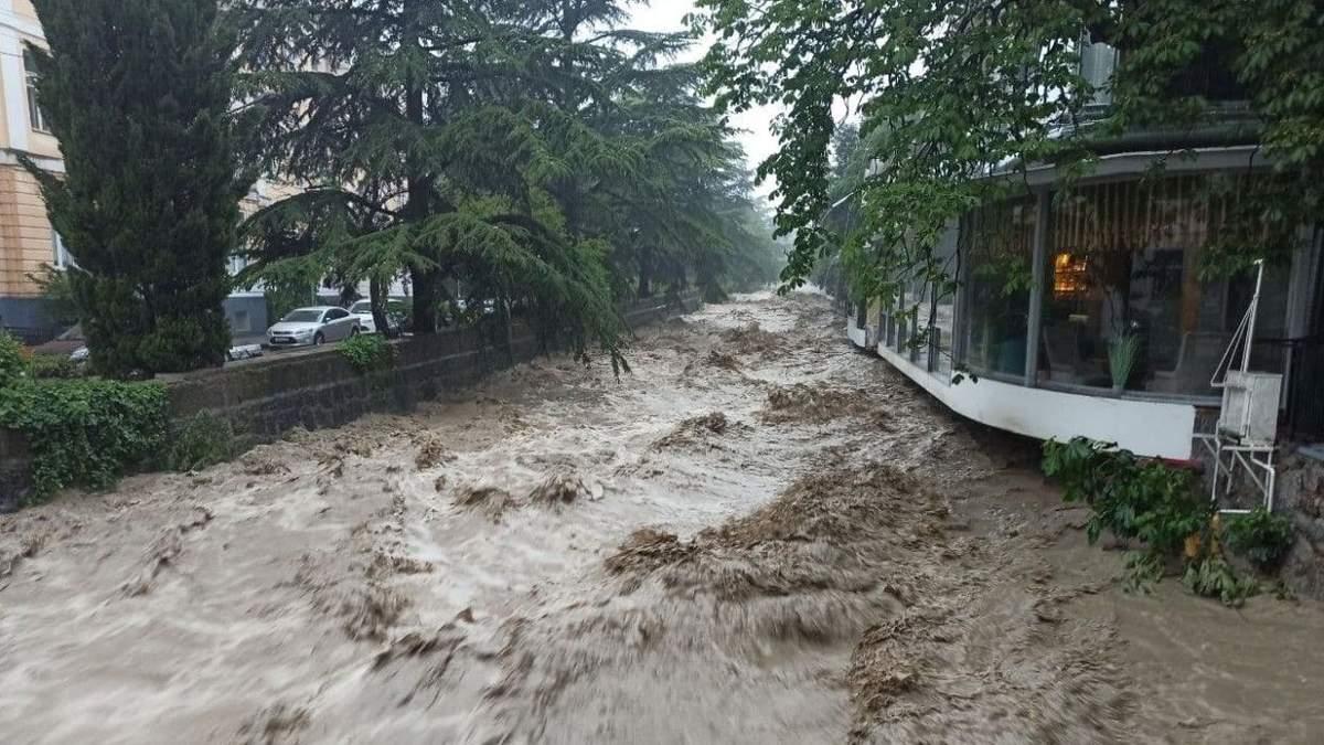 Окупанти кажуть, що зливи вирішили проблему з водою у Криму на 2 роки